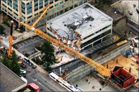 سقوط جرثقیل روی ساختمان